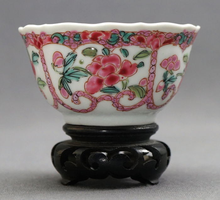 Beker - Familie rose - Porselein - Yangcai peonies - Intricate in- and outside decoration - China - Yongzheng (1723-1735)