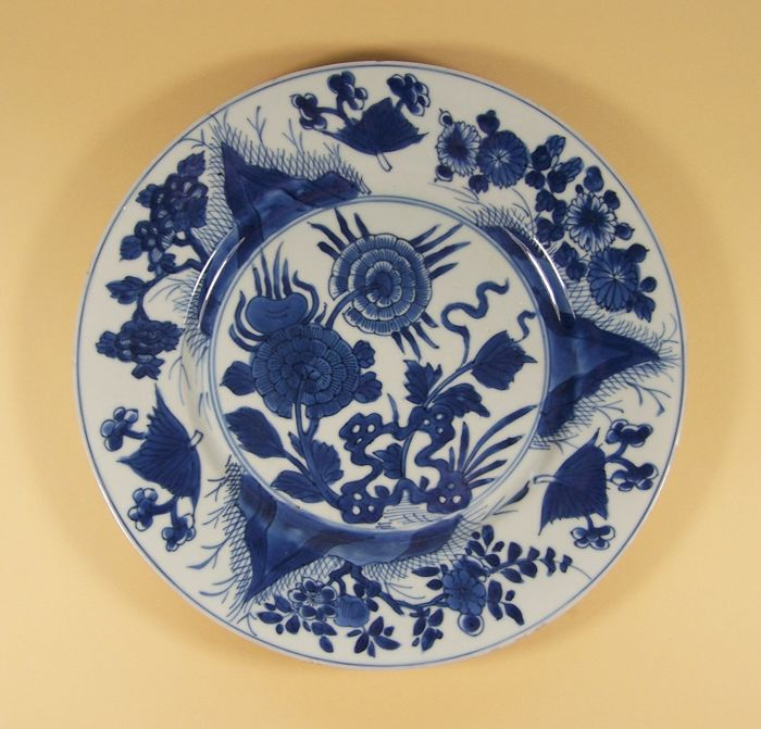 Bord - Blauw en wit - Porselein - Pioenroos - A marked blue and white plate decorated with peonies, ca 1710 - China - Kangxi (1662-1722)