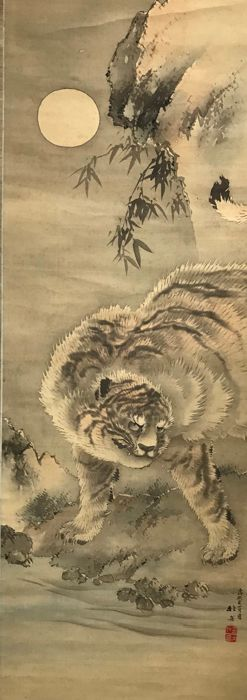 Hanging scroll - Silk and Wood Shaft Heads - Tiger at a stream beneath a full moon - With signature and seal 'Kitadake' 北岳 - Japan - 1922 (Taisho peirod)
