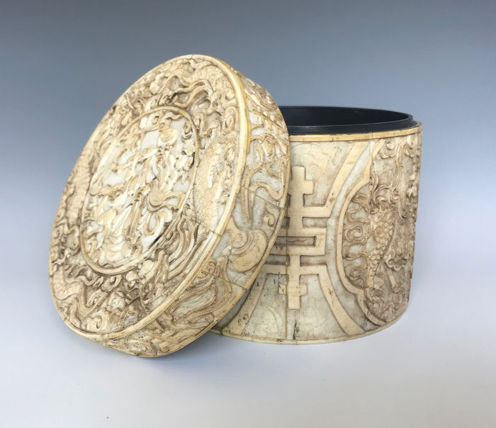 BONE VENEERED WOODEN BOX (1) - Bone veneer on wood - China - 19th century