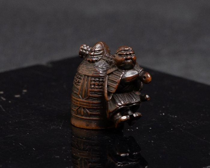 Netsuke (1) - Bois - BEN-KEI CARRYING ON HIS BACK THE BELL OF MI-I-DERA - Signature : San-Ko - Japon - Période Edo (1600–1868)