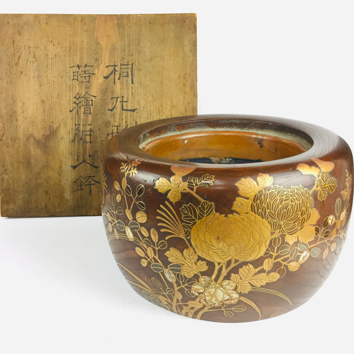 fire bowl - wood, metal - Antique Fire Bowl decorated Peony with Maki-e(1188) - Japan - Early 20th century