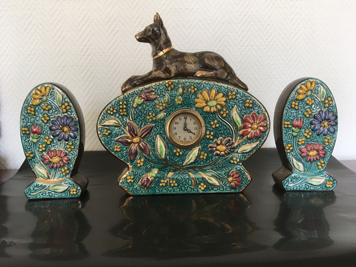 3-part clock set chimney with lying shepherd dog and a decor of flowers - Art Nouveau - Earthenware