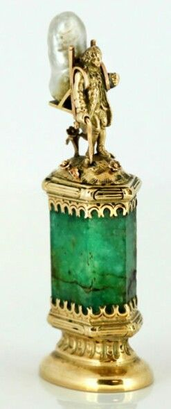J. Mandereau - Maison Molgatini - surmounted by a figure in the form of a 18th century marchand ambulant - Emerald and baroque pearl desk seal - Gold - 1890 - In original box