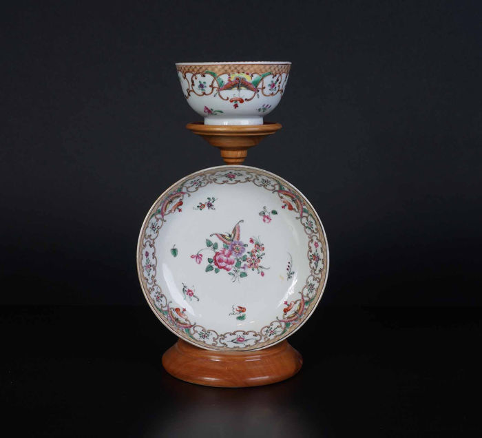 Famile Pink cup and saucer with flowers and butterfly decor (1) - Famille rose - Porcelain - China - 18th century