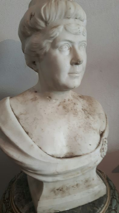 Bust, Marble sculpture depicting a French noblewoman - 65 cm - Marble - Early 20th century