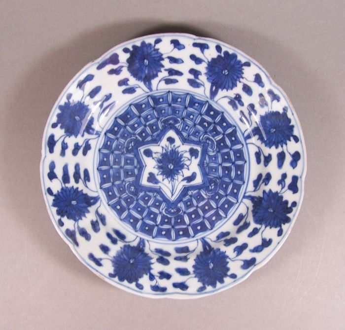 Bord - Blauw en wit - Porselein - Bloemen - A blue and white plate with scalloped rim, ca 1700-1725 - China - Kangxi (1662-1722)