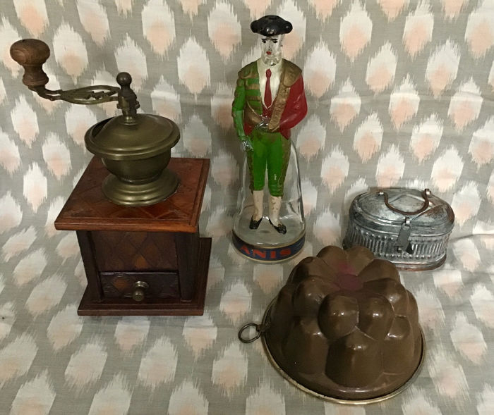 Kitchen Stuff Collection: Art Nouveau coffee grinder, Spanish liqueur bottle Matador, silver plated tin and (4) - Art Nouveau - Brass, Copper, Glass, Silverplate, Wood