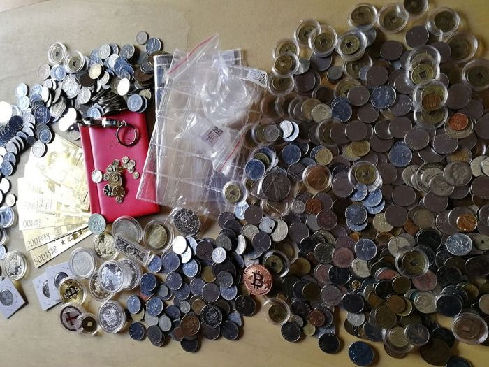 World - Lot of various coins + accessories + coins + medals ( 4512 grams )