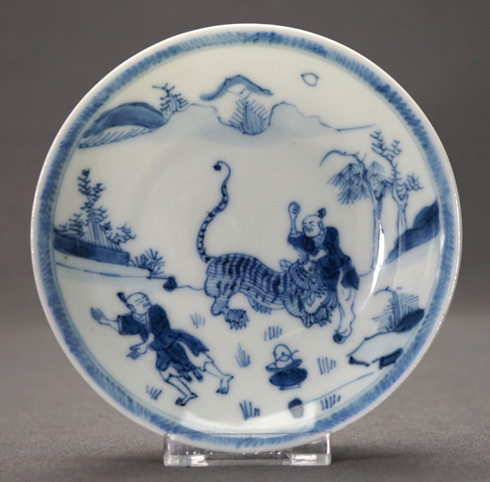 Saucer - Porcelain - two persons fighting a tiger in mountainous landscape - China - Kangxi (1662-1722)