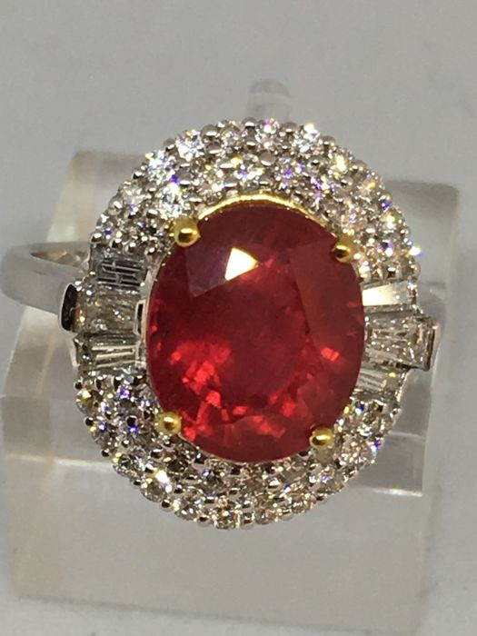 18 karaat Witgoud - Ring - 4.37 ct Robijn - 0.77ct diamanten