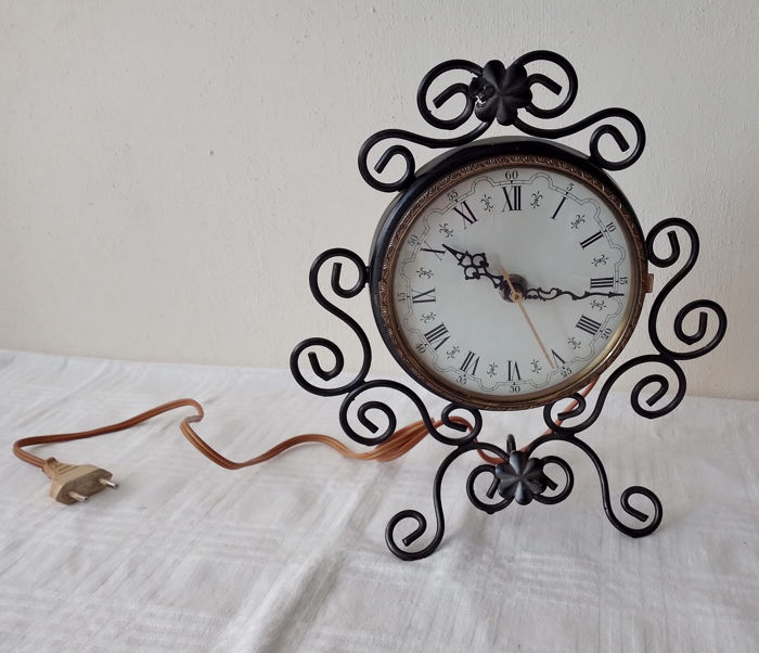 Electric wrought iron table clock with Roman numerals (1) - Brass, Glass, Iron (cast/wrought)