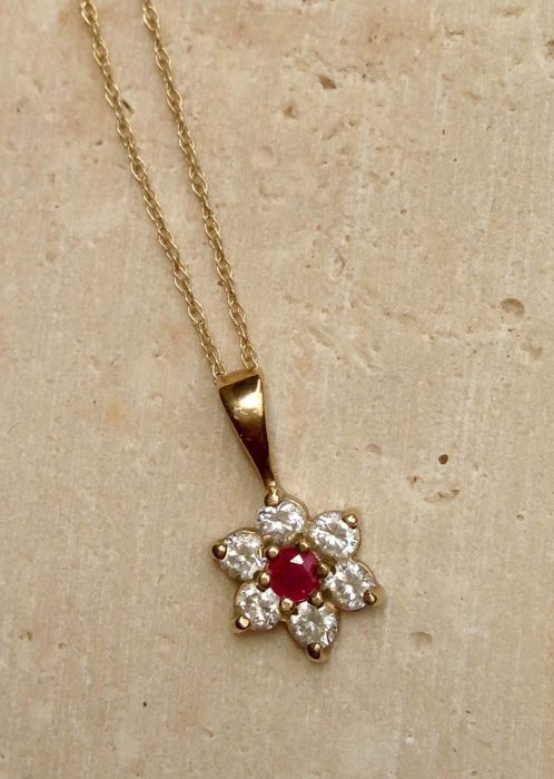 H. Samuel - 9 Ct (375) Yellow gold - Necklace with pendant Ruby - Diamonds