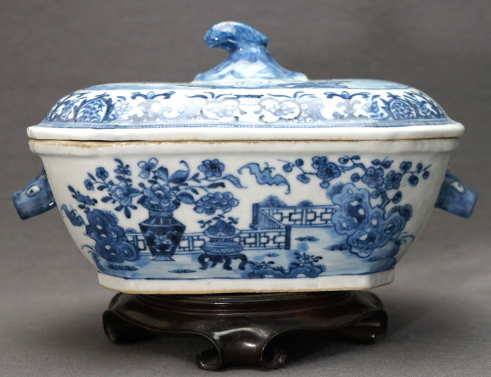 Lidded terrine - Blue and white - Porcelain - Mint condition - Bats, vases and pierced rocks in landscape  - China - Qianlong (1736-1795)