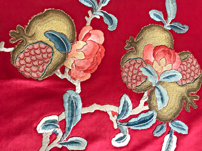 Luxurious silk bedspread hand embroidered S XIX. Without use. Of museum. - Embroidered by hand of incredible work, silk and gold threads. Spectacular color combination.