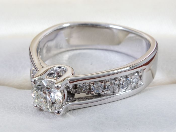 14 kt. Gold - 0.85 ct - Diamond ring set with 0.46 ct. center stone.