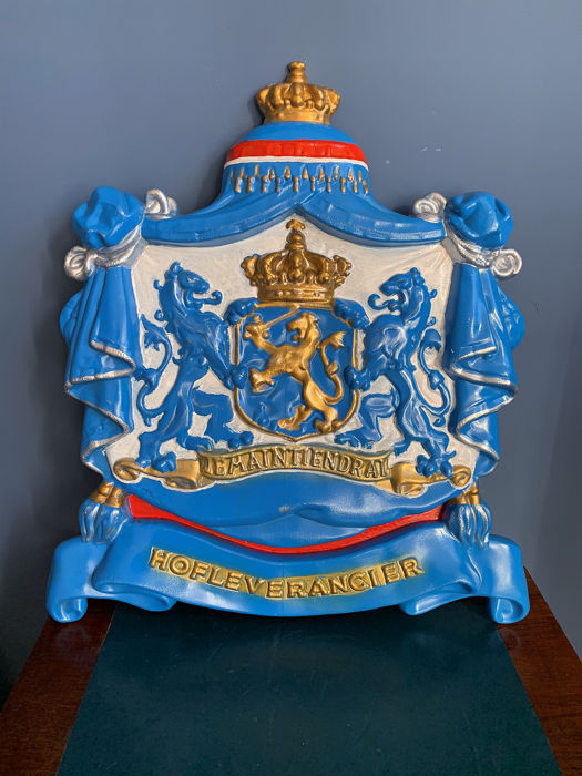 50 cm Large Coat of Arms Je Maintiendrai, court supplier - coated cast iron, painted