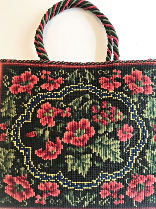 Old bag embroidered with petit point, wool and silk, with floral motifs. S XIX - Silk. Embroidery Cord around.