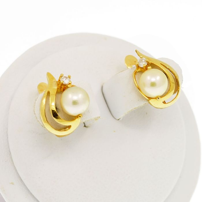 18 kt. Saltwater pearls, Yellow gold - Earrings Pearl - Diamonds