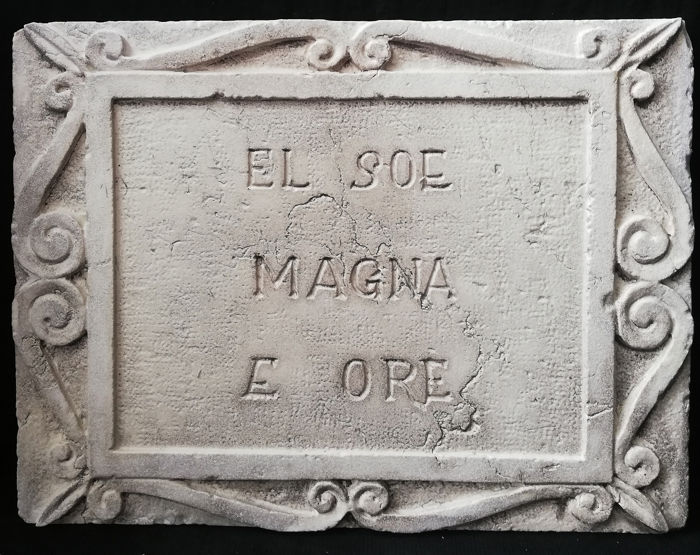 "Tile with Venetian Proverb - ""El Soe Magna e Ore"" - Marble of Istria - 20th century"