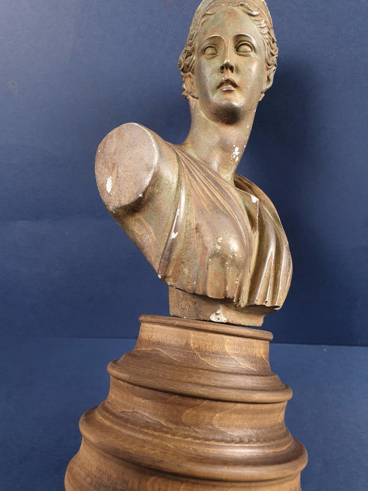 Bust of a woman from the Roman period - Bronze