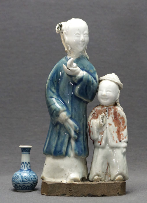 Poppetje(s) - Porselein - Mother with peach and child with flower  - China - Qianlong (1736-1795)