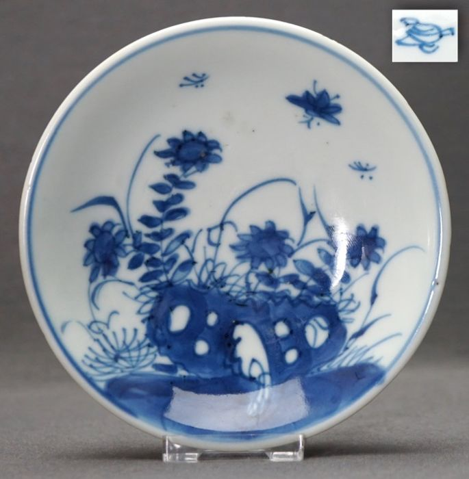 Schotel - Porselein - Insects near blossoms on pierced rock - Brown glazed back - Marked  - China - Kangxi (1662-1722)