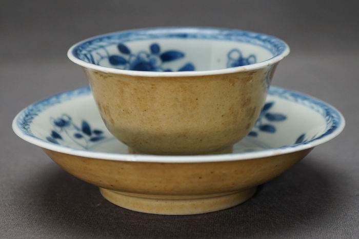 Beker, Schotel - Blauw en wit, Lichtbruin - Porselein - Rare glazed - Marked - China - Kangxi (1662-1722)
