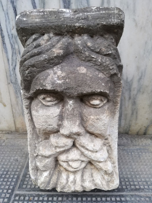 Capital carved in the stone supporting balcony - Calcarinite stone - late 19th / early 20th century