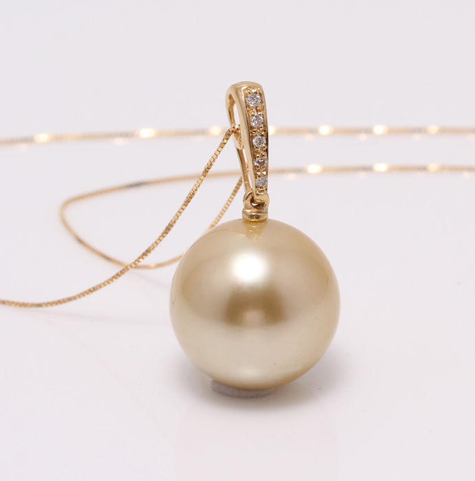 NO RESERVE PRICE - 18 kt. Yellow Gold - 13x14mm Round Golden South Sea Pearl - Necklace with pendant - 0.04 ct