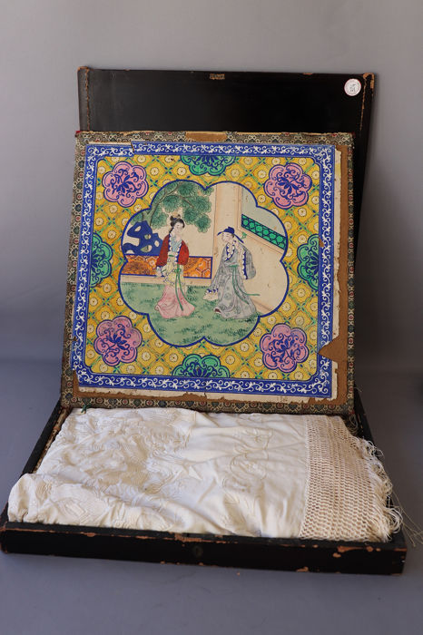 Large Lacquered box with inner box and shawl - Canton - silk / painting on paper/ laquered wood  - China - 19th century