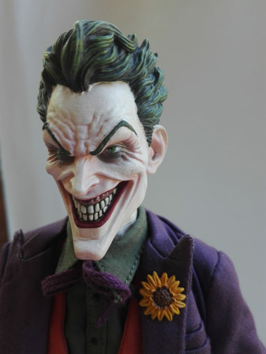 - DC - Sideshow - The Joker Sixth Scale Figure - in box