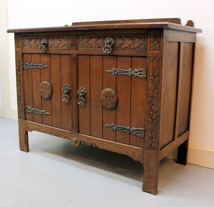A penant cupboard with hand-carving - Wood- Oak