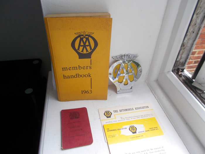 Insigne - Vintage AA chrome on brass car badge , members handbook and GB old driving licence  - 1963-1972