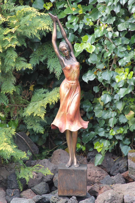 95 cm. high statue of a posing young woman for indoors or outdoors - Resin/Polyester - recent