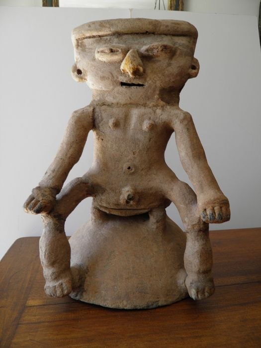 lid of an urn representing a man seated Magdalena culture - terracotta can cooked - Colombia