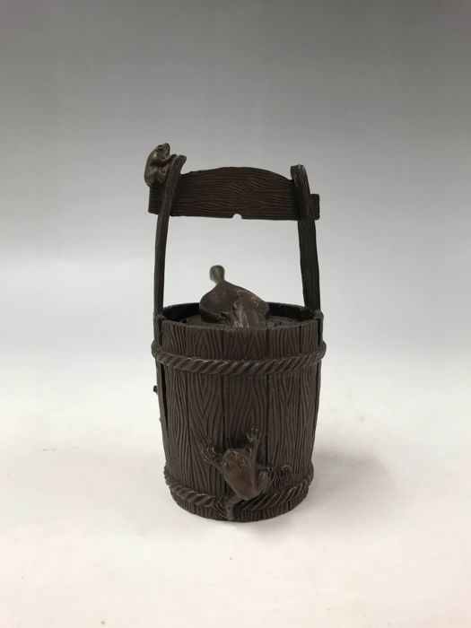 Koro - Bronze - In the shape of a bucket with frog and snail in relief - With seal 'Omine' (Daiho) 大峰 - Japan - ca. 1950er Jahre