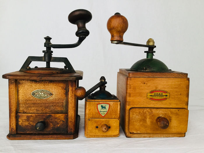 "Drie mooie oude decoratieve molens uit grootmoeders tijd - ""Peugeot Frères"" & ""ODAX"" - 2 coffee grinders and 1 rare old pepper grinder, around 1900-1930 France"