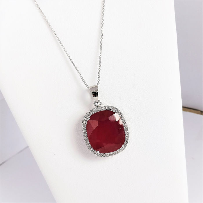 18 kt. White gold - Necklace with pendant - 20.07 ct Ruby - Diamonds