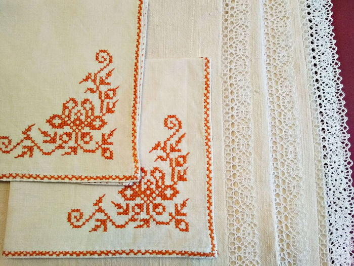Lot of pure linen tablecloths with lace. - Napkins of fine thread with cross stitch.