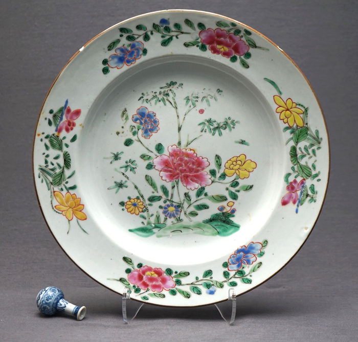 Plate - Porcelain - early Yangcai - Bamboo, blossoming peonies and lotus - China - Yongzheng (1723-1735)