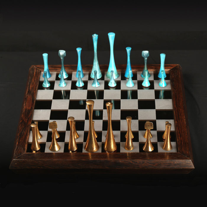 Emiel De Block (°1941) - Chess set - in polished and patinated bronze, mirror glass and wood.