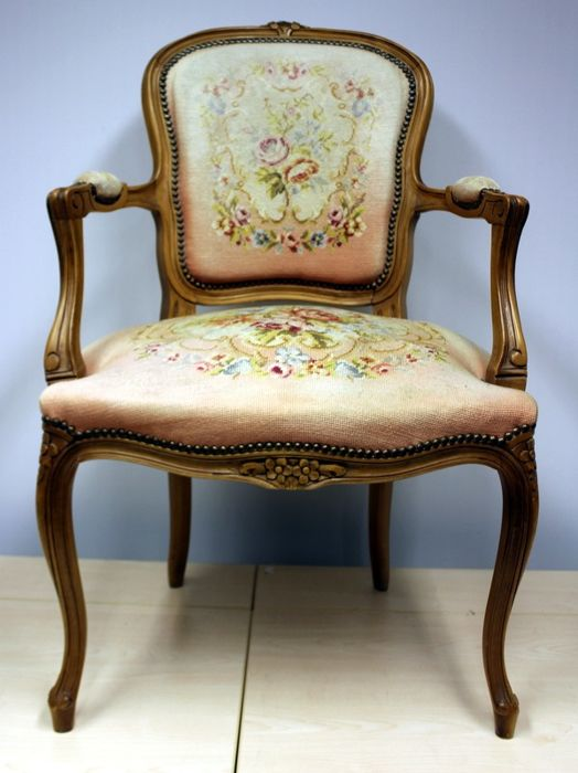 Dames fauteuil met petit point stoffering - noten- vruchtenhout