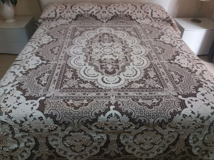 Antique Burano lace bedspread (13 bunches embroidery) (1) - 100% LINEN - 1950