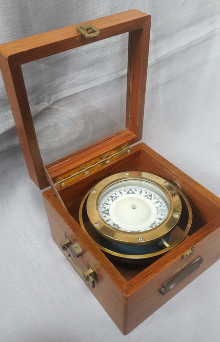 Nice compass in a beautiful box - Glass, Wood - mid 20th century