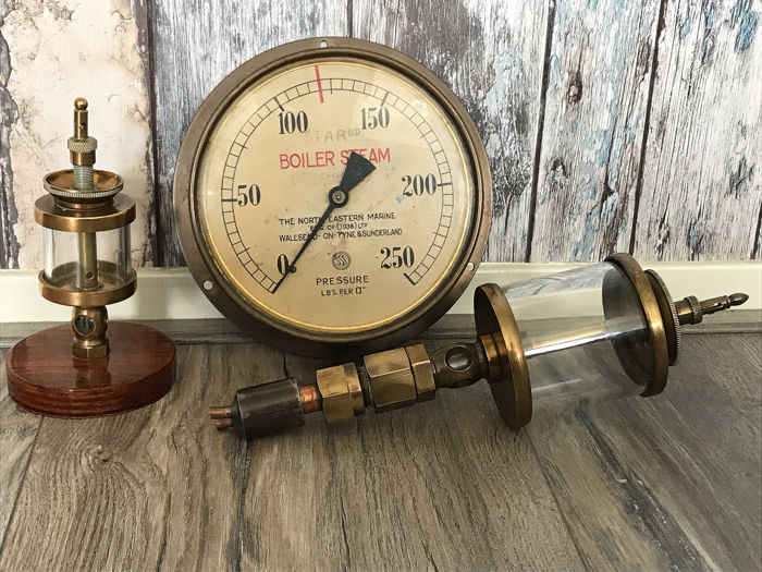 Two oil drippers and a pressure gauge of ship's steam engines (3) - Brass, Glass - First half 20th century