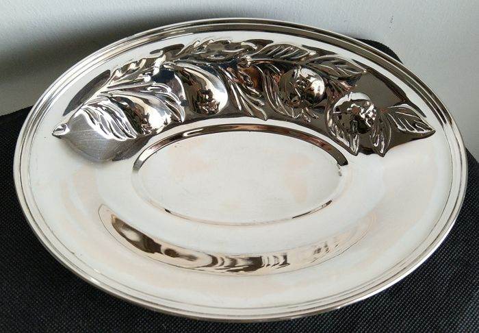 Empty tray finely embossed with fruit motif - .800 silver - Italy - Late 20th century