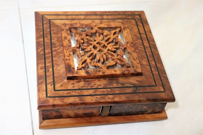 Carved and hand polished box with inclusions (1) - Wood- Walnut