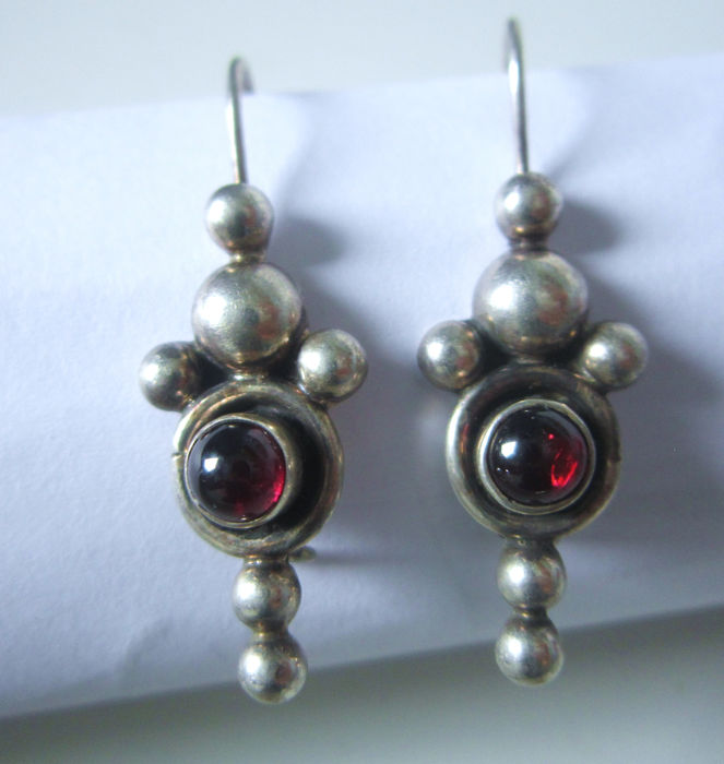 Vintage - 1 Pair of Long Pendant Earrings with Garnets of 925 Silver!