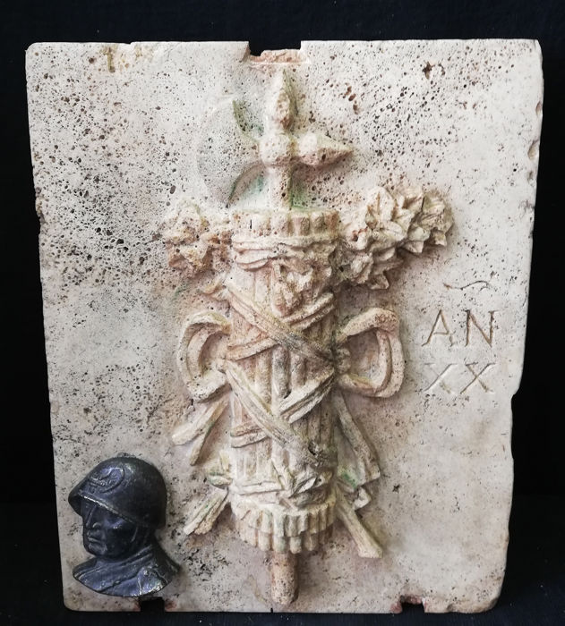 Wall Coat of Arms - Prestigious Littorio Bundle with bronze medallion - 50 x 40 cm - Travertine and Bronze - mid 20th century